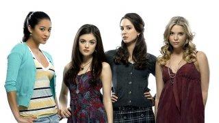 Shay Mitchell, Lucy Hale, Troian Avery Bellisario ed Ashley Benson in una foto promozionale della serie Pretty Little Liars
