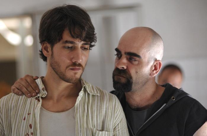 Alberto Ammann e Luis Tosar in un'immagine del film Cella 211