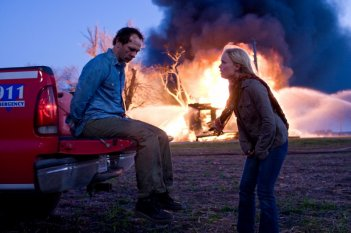 Brett Rickaby e Radha Mitchell in una sequenza del film The Crazies