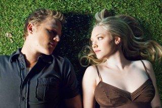 Christopher Egan e Amanda Seyfried sdraiati su un prato nel film Letters to Juliet