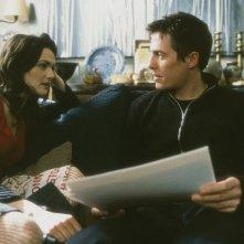 Hugh Grant (Will) e Rachel Weisz (Rachel) in una scena del film About a Boy (2002)