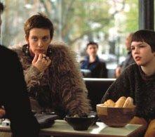 Hugh Grant (Will), Nicholas Hoult (Marcus) e Toni Collette (Fiona) in una immagine di About a Boy