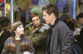 Hugh Grant (Will), Nicholas Hoult (Marcus) e Toni Collette (Fiona) in una scena di About a Boy