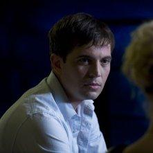 Il Dottor Caine (Tygh Runyan) rivolto a Tamara Johansen (Alaina Kalanj) nell'episodio Space di Stargate Universe