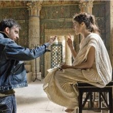 Il regista Alejandro Amenábar con Rachel Weisz sul set del film Agora