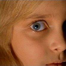L'inquietante sguardo di Melissa (interpretata da Valerio Valeri) in una scena del film Operazione paura