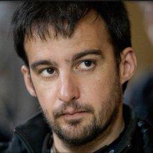 Primo piano del regista Alejandro Amenábar dal set del film Agora