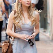 Sophie (Amanda Seyfried) con un'espressione determinata in una sequenza del film Letters to Juliet
