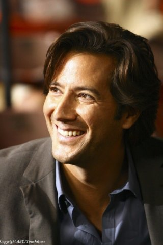 Henry Ian Cusick è Desmond Hume nell'episodio Happily Ever After di Lost
