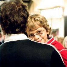 Il piccolo Nassim Ben Abdeloumen tra le braccia di Jonathan Zaccaï nel film Simon Konianski