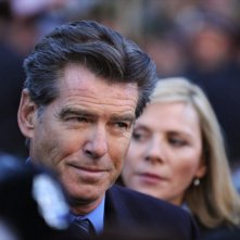 Pierce Brosnan con Kim Cattrall in una sequenza del film L'uomo nell'ombra