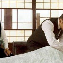Tsutomu Yamazaki e Masahiro Motoki in una scena del film Departures