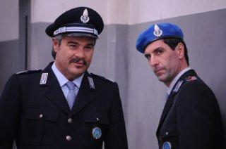 Pino Insegno in una scena del film Dalla vita in poi con Gianni Cinelli