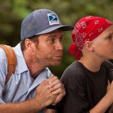 Brady (Jeffrey Johnson) e Tyler (Tanner Maguire) pregano con gioia nel film Letters to God