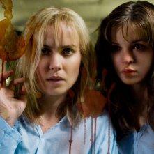 Radha Mitchell e Danielle Panabaker in un'immagine del film The Crazies