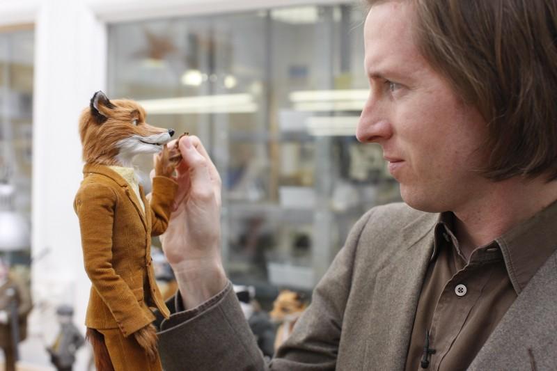 Wes Anderson con il modellino del protagonista di Fantastic Mr. Fox