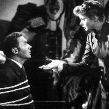 Charles Boyer e Ingrid Bergman in una scena del film Angoscia