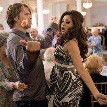 Eric Christian Olsen e Noureen DeWulf in una scena della commedia Piacere, sono un po' incinta