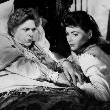Ethel Barrymore con Dorothy McGuire in una scena del film La scala a chiocciola