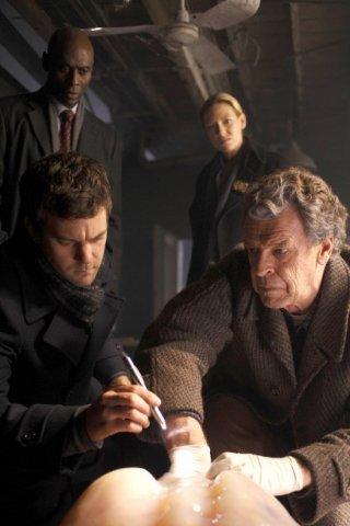 Fringe: Anna Torv, Lance Reddick, John Noble e Joshua Jackson nell'episodio The Man from the Other Side