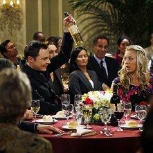 Jim Parsons e Kaley Cuoco in una scena dell'episodio The Pants Alternative di The Big Bang Theory