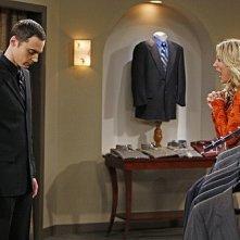 Jim Parsons e Kaley Cuoco nell'episodio The Pants Alternative di The Big Bang Theory
