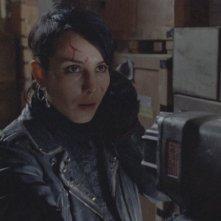 Un'immagine di Noomi Rapace dal film La regina dei castelli di carta