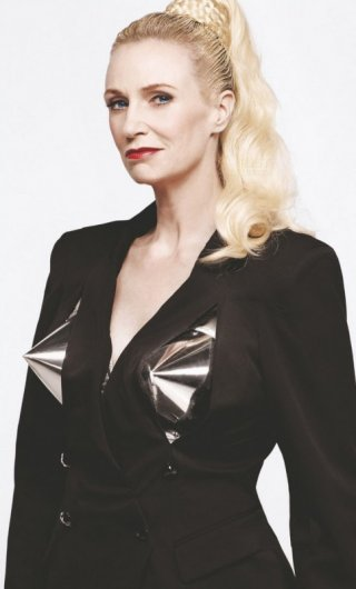 Blond Ambition per la volitiva Jane Lynch in una foto promo di The Power of Madonna, episodio di Glee