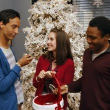 Community: Danny Pudi, Alison Brie e Donald Glover nell'episodio Comparative Religion