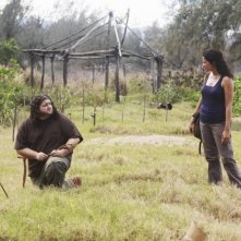 Lost: Jorge Garcia e Zuleikha Robinson in una scena dell'episodio Everybody Loves Hugo
