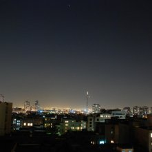 Una splendida immagine notturna di Teheran tratta dal film I gatti persiani