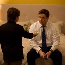 Brendan Fraser e il piccolo Diego Velazquez in una scena del film Misure straordinarie