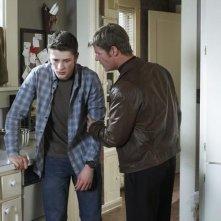 Brett Dier e Joel Gretsch nell'episodio John May della serie V, remake di Visitors