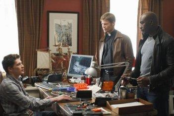 Brett Dier, Morris Chestnut e Joel Gretsch in una scena dell'episodio John May della serie V, remake di Visitors