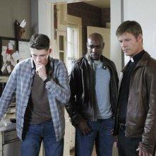 Brett Dier, Morris Chestnut e Joel Gretsch nell'episodio John May della serie V, remake di Visitors