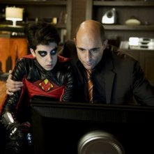 Christopher Mintz-Plasse e Mark Strong in una scena del film Kick-Ass