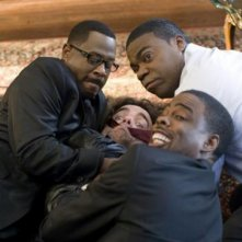 Columbus Short, Tracy Morgan, Martin Lawrence e Peter Dinklage in una scena della commedia Festa col morto
