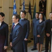 Morena Baccarin e Scott Wolf nell'episodio We Can't Win di V, remake di Visitors