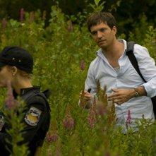 Il Tenente Johansen (Alaina Kalanj) e il Dr. Caine (Tygh Runyan) raccolgono campioni di erbe nell'episodio Faith di Stargate Universe