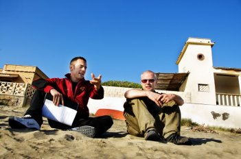 Elio Germano e il regista Daniele Luchetti sul set del film La nostra vita