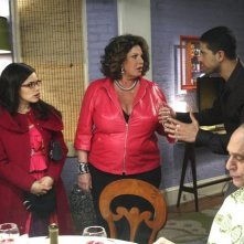 Ugly Betty: America Ferrera, Lainie Kazan ed Adam Rodriguez nell'episodio Fire and Nice