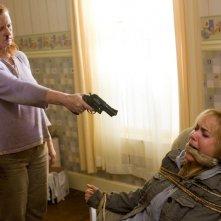 Peggy Hamill (Lisa K. Wyatt) minaccia Judy Dutton Radha Mitchell) nel film The Crazies