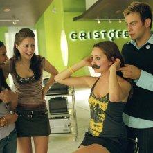 Yvonne (J. Lucas), Kia (A. Crew) e Paul (J. Sadowski) fanno provare a Viola (A. Bynes) vari look nel film She's the Man