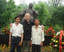 Il fotografo Andreas Seibert con i fratelli Zhou al Deng Xiaoping Memorial nel documentario From Somewhere to Nowhere