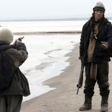 Il piccolo Kodi Smit-McPhee combatte contro un depredatore nel film The Road