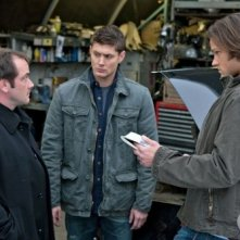 Jensen Ackles, Mark Sheppard e Jared Padalecki in una scena dell'episodio Two Minutes to Midnight di Supernatural