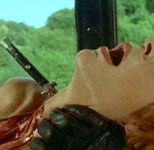 Maria Fabbri assassinata in una scena del thriller Semaforo Rosso (Cani arrabbiati)