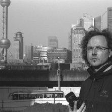 Un'immagine del fotografo Andreas Seibert a Shanghai nel documentario From Somewhere to Nowhere