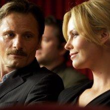 Viggo Mortensen e Charlize Theron in un'immagine del film The Road
