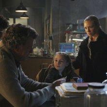 Fringe: Jasika Nicole, Anna Torv, John Noble e Lily Pilblad nell'episodio Brown Betty